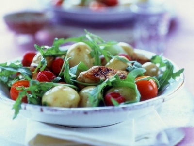 Potato and chicken salad with rocket