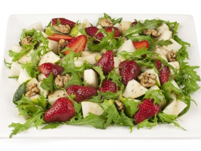 Strawberry, pear, mesclun and walnut salad