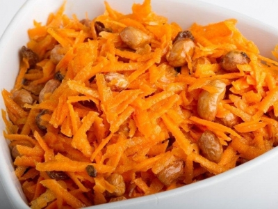 Carrot salad with peanuts and sultanas