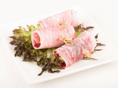 Daikon, lettuce and lamb rolls