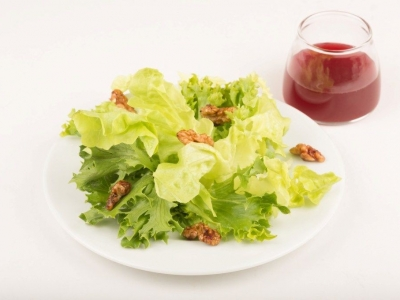 Leaves, candied walnuts and dressing
