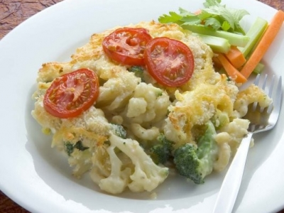 Macaroni cheese with vegetables