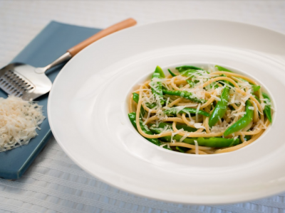 Snow peas with spaghetti and Parmesan