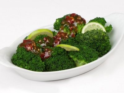 Steamed broccoli with chilli sauce